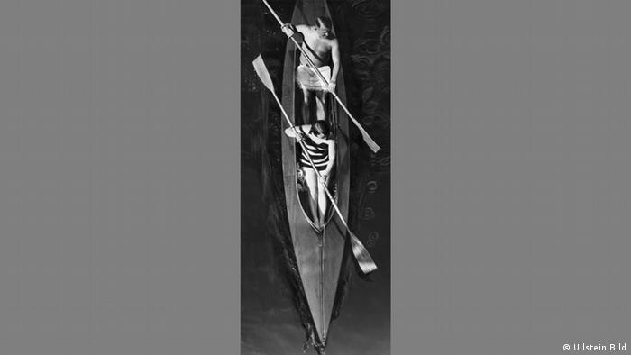 Martin Munkacsi - Photo of a couple in a canoe in 1929 (Ullstein Bild)