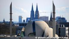 Der Neubau der Zentralmoschee fügt sich am 18.03.2013 in Köln (Nordrhein-Westfalen) in die Silhouette der Domstadt. Foto: Henning Kaiser/dpa |