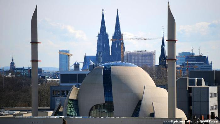 A view of the Central Mosque with the Cologne Cathedral in the background (picture alliance/dpa/H.Kaiser)