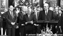 DEUTSCHLAND, BONN, 17.06.1991 Helmut KOHL ( CDU ), Bundeskanzler bei einer Ansprache zur Unterzeichnung des deutsch-polnischen Vertrages, mit Jan BIELECKI (polnischer Ministerpräsident ), Hans-Dietrich Genscher ( FDP ), Ausssenminister und Willy BRANDT ( SPD ), Ehrenvorsitzender. | Keine Weitergabe an Wiederverkäufer.