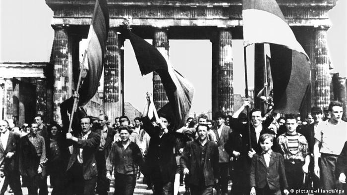 Deutschland DDR-Volksaufstand- Ost-Berliner marschieren am 17.06.1953