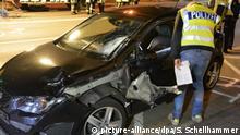 Ein Polizist untersucht in der Nacht zum 17.06.2017 das Autowrack an der Unfallstelle in Mönchengladbach (Nordrhein-Westfalen). Ein Fußgänger war hier am 16.06.2017 bei einem illegalen Autorennen getötet worden. Zwei Wagen seien durch die Innenstadt gerast, teilte die Polizei mit. Ein 28-Jähriger verlor die Kontrolle über sein Fahrzeug und erfasste den Fußgänger. Der Mann starb wenig später. Der Fahrer des zweiten Autos raste davon und wurde auch am Morgen des 17.06. noch gesucht. (zu dpa Fußgänger bei illegalem Autorennen in Mönchengladbach getötet vom 17.06.2017) Foto: Stephan Schellhammer/dpa +++(c) dpa - Bildfunk+++ | Verwendung weltweit