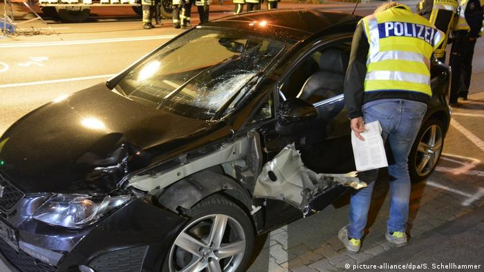 Wrecked car in Mönchengladbach (picture-alliance/dpa/S. Schellhammer)