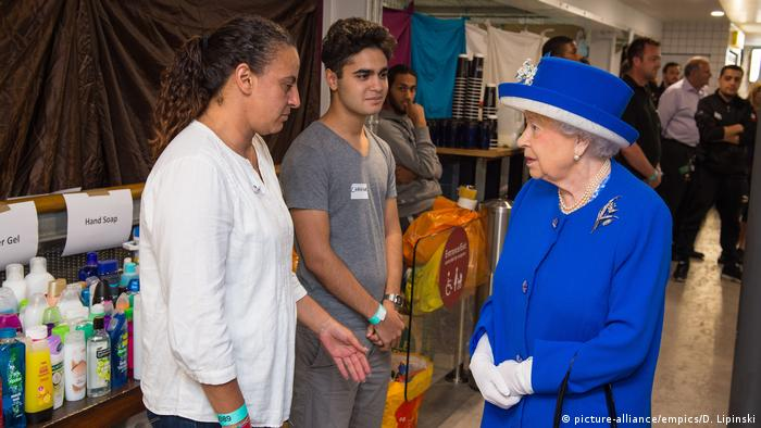 Queen Elizabeth meets rescue workers (picture-alliance/empics/D. Lipinski)