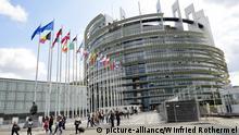 Besucher und Abgeordnete verlassen nach der Sitzung am 14.04.2016 das Europaparlament in Strassburg (Strasbourg), Frankreich.Foto:Winfried Rothermel | Verwendung weltweit