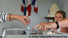A French citizen casts her vote inside Hottot-Les-Bagues town Hall. French legislative elections are scheduled to take place on 11 and 18 June (with different dates for voters overseas) to elect the 577 members of the 15th National Assembly of the French Fifth Republic. According to the final list published by the Ministry of the Interior on 23 May, a total of 7,882 candidates are standing in the legislative elections. On Sunday, June 11, 2017, in Hottot-Les-Bagues, Calvados, France. (Photo by Artur Widak/NurPhoto) | Keine Weitergabe an Wiederverkäufer.