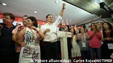 Der wiedergewählte Generalsekretär der spanischen Sozialisten (PSOE), Pedro Sanchez (M), am 21.05.2017 in Madrid, Spanien. Sanchez ist ein unerwartetes Comeback gelungen. Der 45 Jahre alte Hochschullehrer wurde erneut zum Chef der stärksten Oppositionspartei des Landes gewählt. (zu dpa «Spanien: Pedro Sánchez nach Rücktritt wieder Sozialisten-Chef» vom 21.05.2017) Foto: Juan Carlos Rojas/NOTIMEX/dpa +++(c) dpa - Bildfunk+++ |