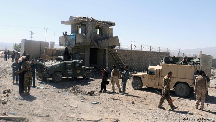 Al menos 30 miembros de las fuerzas de seguridad de Afganistán murieron en ataques coordinados y bombardeos llevados a cabo por los talibanes en dos provincias del este de Afganistán, confirmaron hoy las autoridades. Otras fuentes, sin embargo, hablan de al menos 15 oficiales muertos. (17.10.2017).