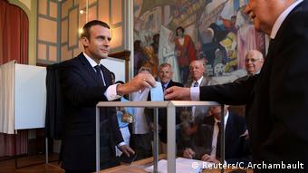 Frankreich Wahlen Stimmabgabe Macron (Reuters/C.Archambault)
