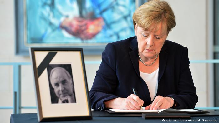 Merkel signing the condolence book for Kohl (picture-alliance/dpa/M. Gambarini)