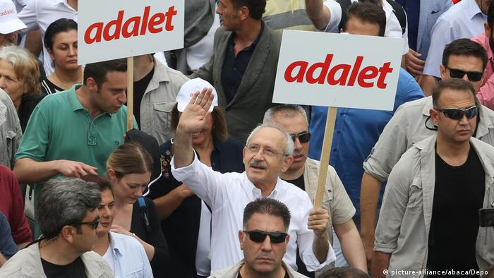 Kemal Kilicdaroglu during his march holding a sign that reads adalet or justice (picture-alliance/abaca/Depo )