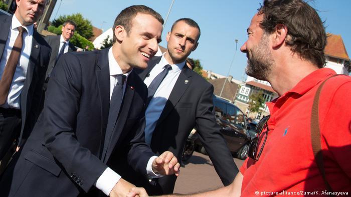Эмманюэль Макрон жмет руку стороннику своей партии