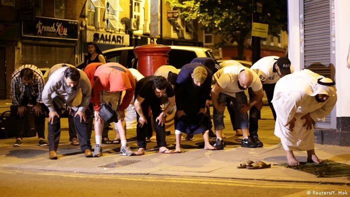 Fahrzeug rast in Gruppe Muslime - mehrere Opfer (Reuters/Y. Mok)