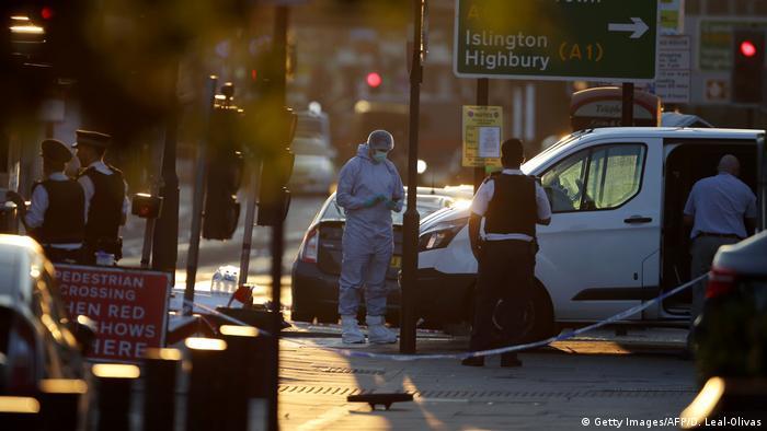 Uma van avançou contra fiéis que saíam da mesquita de Finsbury Park em Londres deixando um morto e dez feridos. O motorista, um homem de 48 anos, foi detido pelas pessoas que estavam no local antes de ser preso pela polícia. Relatos de testemunhas indicam que o atropelamento teria sido proposital. A polícia confirmou que todas as vítimas pertenciam à comunidade muçulmana de Londres.