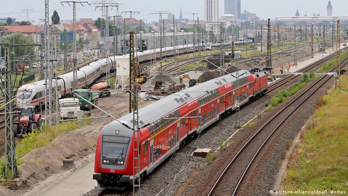 Ein ICE und eine Regionalbahn fahren parallel nebeneinander her (picture-alliance/dpa/J. Woitas)