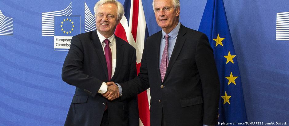 O secretário britânico para o Brexit, David Davis (e), e o representante de Bruxelas, Michel Barnier