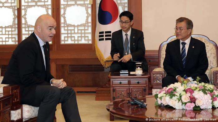 Südkorea - FIFA - Moon Jae-in und Gianni Infantino (picture alliance/AP Photo/Yonhap/B. Jae-man)