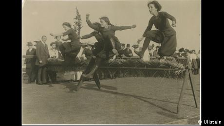 Historical press photo by Robert Sennecke of a women's hurdles race in 1912 (Ullstein)