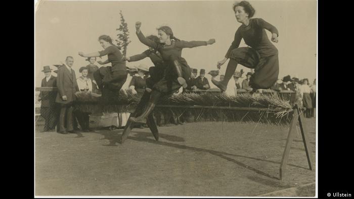 Robert Sennecke - Photo of women running hurdles in 1912 (Ullstein)