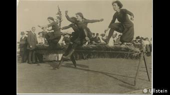 Robert Sennecke - Photo of women running hurdles in 1912