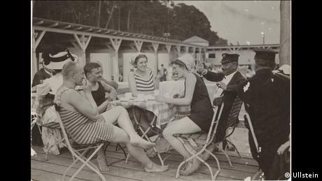 Ήδη από τη δεκαετία του 1930 η λίμνη Nikolassee ήταν δημοφιλής προορισμός για πολλούς Βερολινέζους. Η φωτογραφία είναι του Κόνραντ Χίνιχ και εκτίθεται αυτό το διάστημα στο Γερμανικό Ιστορικό Μουσείο στο πλαίσιο της έκθεσης για την ιστορία της δημοσιογραφικής φωτογραφίας.