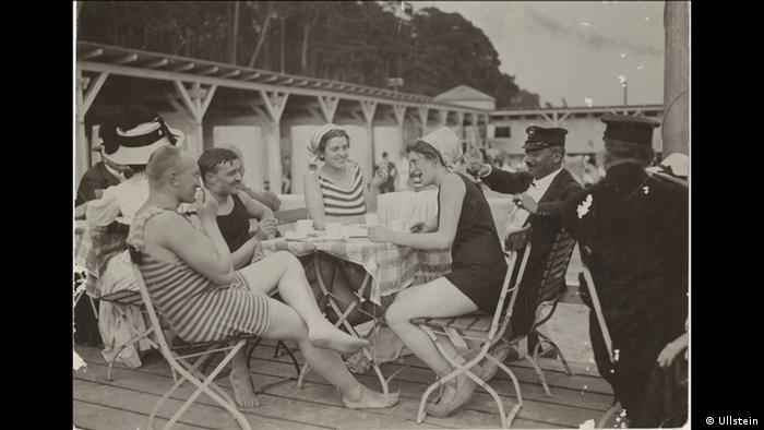 Conrad Hünicht - Photo of bathers at Wannsee near Berlin (c) Ullstein
