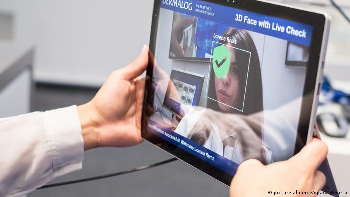 Deutschland Hannover - Digitale Gesichtserkennung auf der CeBIT (picture-alliance/dpa/O. Sparta)