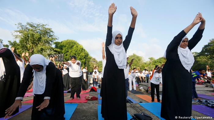 Internationaler Yoga Tag 2017 Sri Lanka (Reuters/D. Liyanawatte)