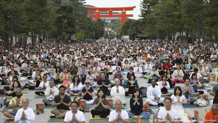 Internationaler Yoga Tag 2017 Japan (picture-alliance/AP Images/Y. Shimbun)