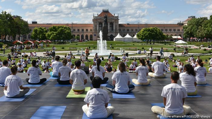 Internationaler Yoga Tag 2017 Kroatien (picture-alliance/PIXSELL/D. Visnjic)