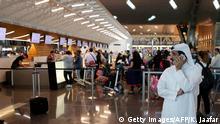 Katar Doha - Passagiere warten am Flughafen