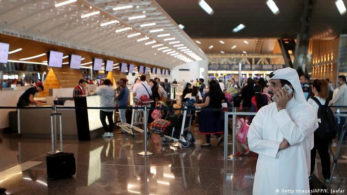 Katar Doha - Passagiere warten am Flughafen (Getty Images/AFP/K. Jaafar)