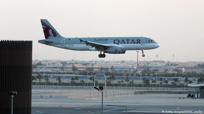 صورة رمزية لطائرة الخطوط القطرية تهبط في مطار الدوحة.