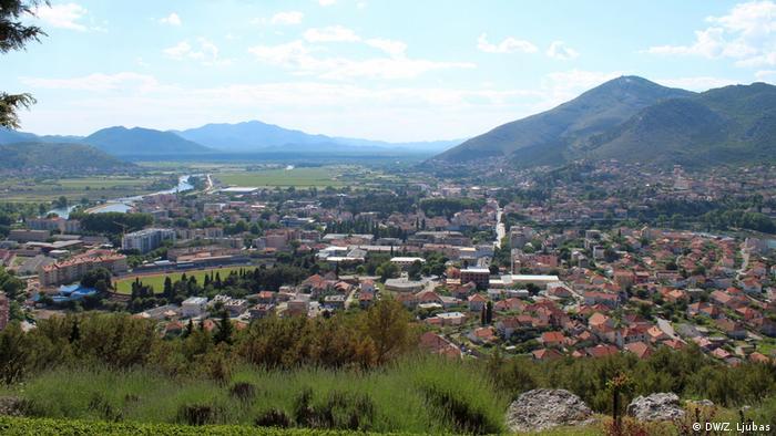 Bosnien und Herzegowina - Safari durch das alte Herzegowina (DW/Z. Ljubas) Jedan od najljepših dijelova Bosne i Hercegovine, njen najjužniji kraj, znan kao Stara Hercegovina. Priroda jedinstvena, nezamisliv spoj hercegovačkog krša, šuma i vode. Kraj, nepošteno zapostavljen od nekih politika i vlada, na putu je da ponovo doživi svoj turistički procvat. Nakon planinskih prevoja, krških polja i jezera, kao biser na kraju puta – Trebinje.