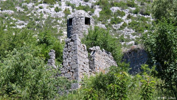 Bosnien und Herzegowina - Safari durch das alte Herzegowina (DW/Z. Ljubas) Iako znatno oštećena i ruševna, minaret džamije Muje Kotezlije, u selu Kotezi kod Ljubinja, još uvijek prkosi vremenu. Sagrađena je u 15. stoljeću i smatra se najstarijom džamijom na ovim prostorima. U džamiji nema vjerskih obreda – nema ko da klanja, jer nema stanovništva, osim dvije starice, katolkinje, koje se, osim o lokalnoj crkvici, brinu i o Mujinoj džamiji.