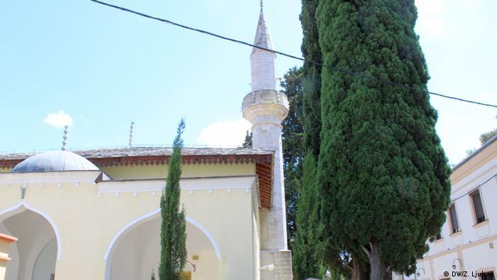 Bosnien und Herzegowina - Safari durch das alte Herzegowina (DW/Z. Ljubas) Osman Pašina džamija u centru Starog grada u Trebinju sagrađena je 1726. godine. Gradnju je naredio trebinjski kapetan Osman Paša Resulbegović. Građevina je spaljena 1993. godine, a prvi pokušaj obnove 2001. godine je spriječen kamenovanjem i nasilnim protestima. Džamija je ipak obnovljena 2005. godine.