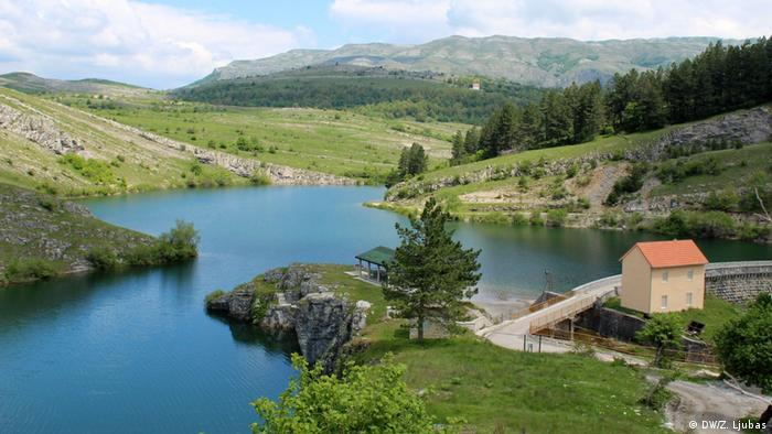 Jezero Klinje nadomak Gacka najstarije je vještačko jezero u BiH, akumulirano još krajem 19. stoljeća za potrebe navodnjavanja Gatačkog polja. Iz tog razloga izgrađena je i kamena lučna brana, prva na Balkanu. Bosnien und Herzegowina - Safari durch das alte Herzegowina (DW/Z. Ljubas)