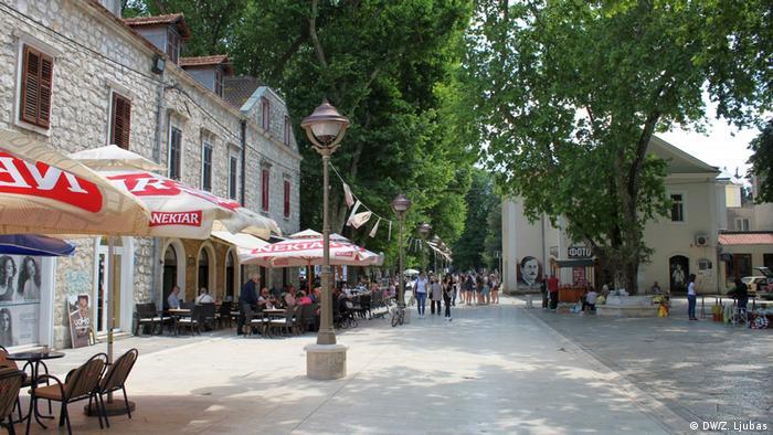 Trebinje. Grad koji je stoljećima bio na putu trgovcima iz Dubrovnika ka Europi. U centru grada, u hladovini platana, odvija se život grada. Turisti, ali i domaće stanovništvo, tu se druže, sastaju, dolaze kupiti domaće, tradicionalne proizvode - sirove, med, ljekovite trave i pripravke, ali i domaće voće i povrće iz okolnih sela.