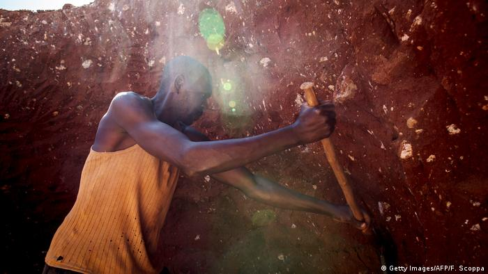 Працівники в копальнях видобувають токсичну кобальтову руду вручну й без спецодягу та спецзасобів