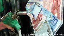 An einer Tankstelle in Frankfurt (Oder) stecken symbolisch Geldscheine in einer Zapfpistole (Archivbild vom 10.05.2004, Illustration zu dpa 0012 vom 03.08.2004). Der Anstieg der Rohölpreise auf ein neues 14-Jahres-Hoch könnte zu einem Preisschub an den deutschen Tankstellen führen. Nach einem Bericht der Bild-Zeitung vom 03.08.2004 befürchtet der Automobilclub von Deutschland (AvD) in den kommenden Wochen Preiserhöhungen von bis zu zehn Cent pro Liter. Sollte die weltweite Terrorangst weiterhin groß bleiben, könnte der Preis für den Liter Superbenzin erstmals bis auf 1,30 Euro steigen. Auch für Diesel-Kraftstoff befürchtet der AvD Preiserhöhungen. Foto: Patrick Pleul dpa |