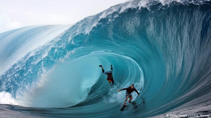 Ola gigante con dos surfistas en Tihubo, Tahití