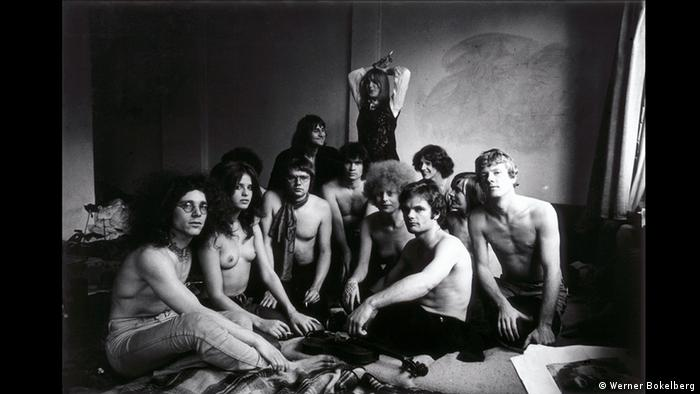 a group of people with naked chests sit on the floor (Werner Bokelberg)