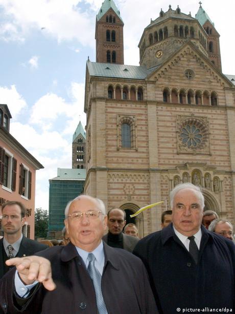 21. September 2001: Helmut Kohl und der ehemalige Staatschef der Sowjetunion, Michail Gorbatschow vor dem Dom in Speyer (Foto: picture-alliance/dpa)