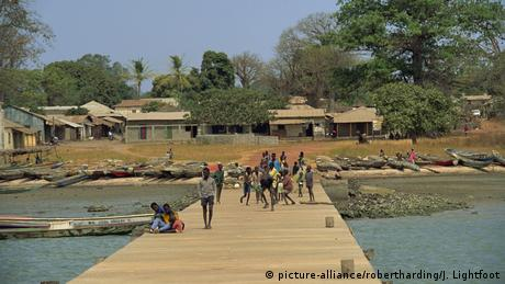 Afrika Gambia Albreda - Dorf (picture-alliance/robertharding/J. Lightfoot)