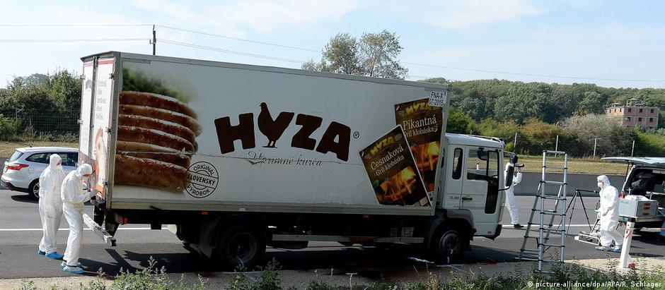 Caminhão frigorífico onde foram encontradas as 71 vítimas foi abandonado numa rodovia na Áustria