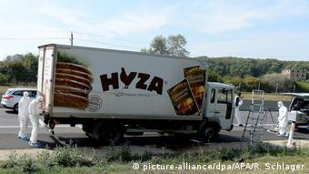Forenses examinan el camión en el que murieron 71 refugiados. (Archivo).