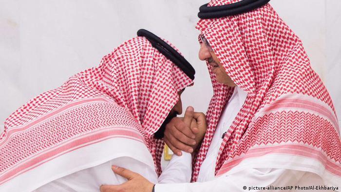 ولي العهد السعودي الحالي محمد بن سلمان يقبل يد ولي العهد السعودي السابق محمد بن نايف