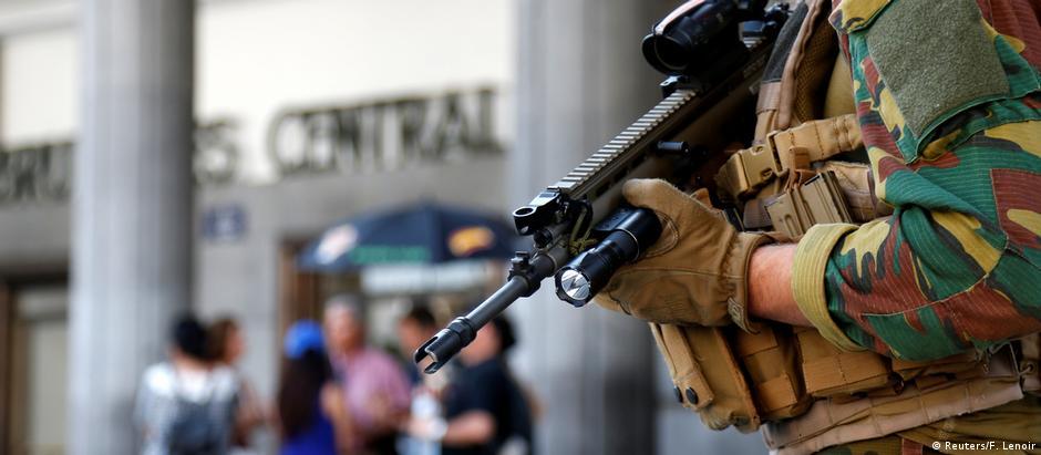 Soldado belga patrulha a estação central de Bruxelas
