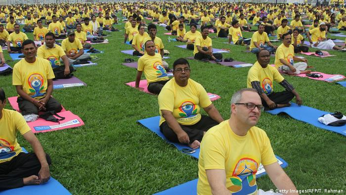 Bangladesch Internationaler Yoga Tag in Dhaka (Getty Images/AFP/T. Rahman)