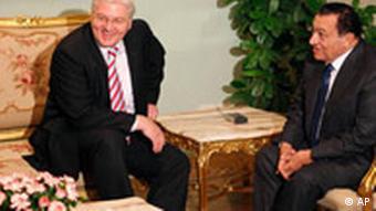 فرانک والتر اشتاینمایر، وزیر خارجه آلمان (چپ) در دیدار با حسنی مبارک، رئیس جمهور مصر